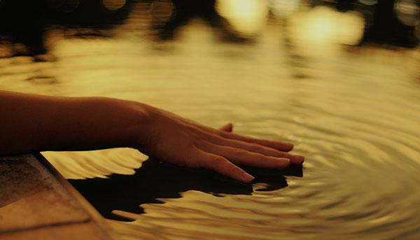 Mano nell'acqua contatta essenza femminile