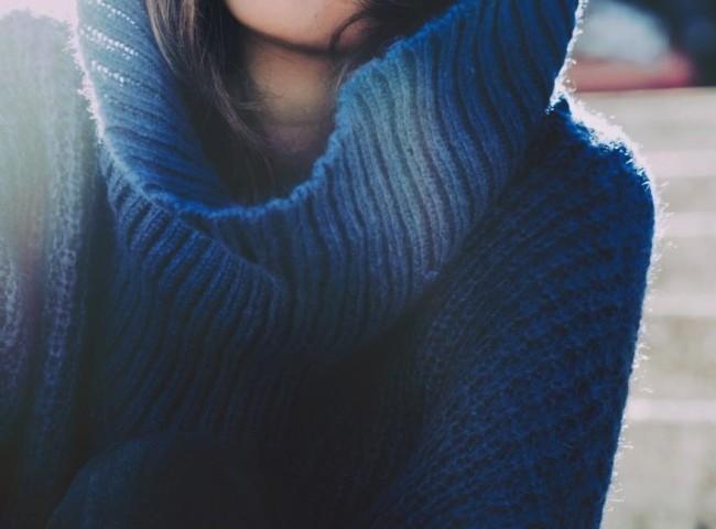 Donna con maglione blu - titolo