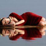 riflesso di una donna malinconica